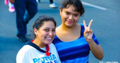 Mujeres nicaragüenses saludando con las manos