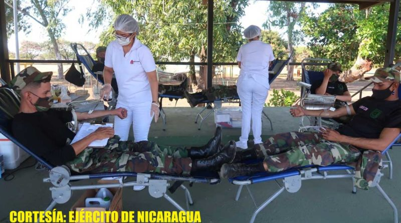 Efectivos militares durante la Jornada voluntaria de donación de sangre