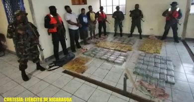 Efectivos del Ejército de Nicaragua presentando a los detenidos y la droga incautada