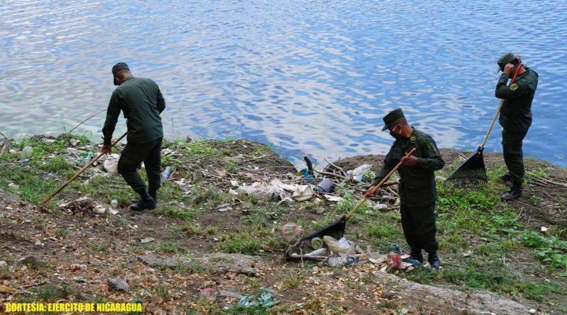 Ejercito de Nicaragua limpia orillas de la Laguna de Tiscapa