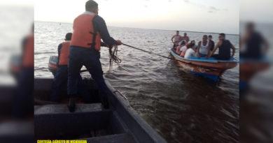 Miembro de la Fuerza Naval durante el rescate de una panga con 15 personas en Bluefields