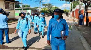 Brigadistas del Ministerio de Salud de Nicaragua fumigando las viviendas del barrio La Esperanza de Managua.