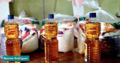 Fotografía de los alimentos que contiene el paquete entregado a las madres de partos múltiples
