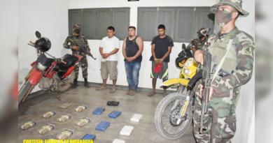 Efectivos militares durante retención de tres personas que trasladaban paquete de droga