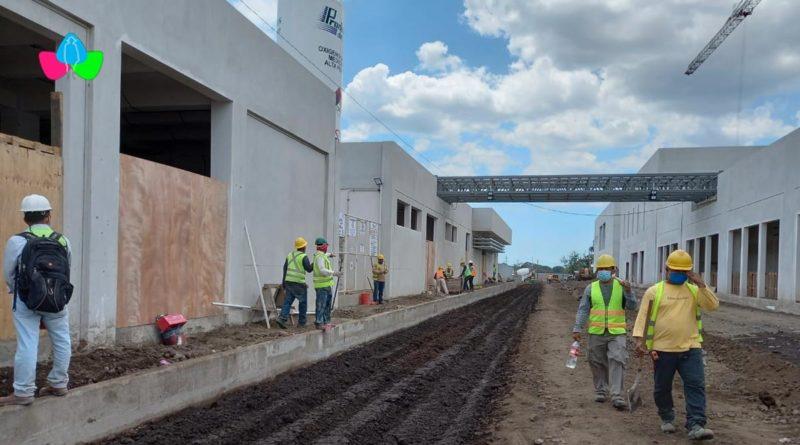 Trabajadores durante la construcción del nuevo Hospital Departamental de Chinandega.