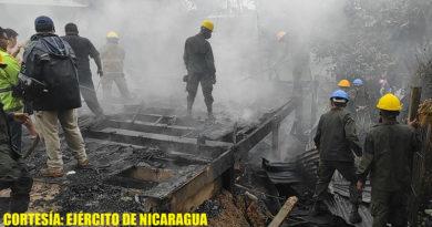 Efectivos del Ejército de Nicaragua sofocando incendio en vivienda, ubicada en el barrio Marcos Antonio Somarriba, municipio de Siuna