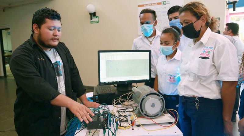 Estudiantes durante una exposición en el lanzamiento de la tercera edición de la jornada INNOVATEC