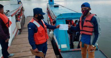 Efectivos militares de la Fuerza Naval del Ejército de Nicaragua realizan inspección a embarcaciones de la flota pesquera de Nicaragua.