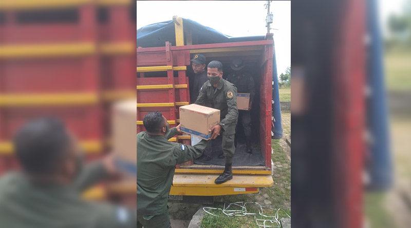 Miembros del Ejército de Nicaragua realizando descargue de insumos médicos en Prinzapolka