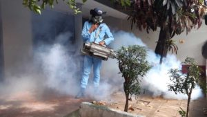 Trabajador del MINSA durante la Jornada de Fumigación