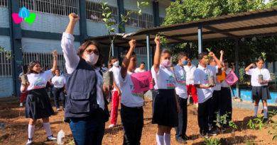 Ministra de Educación, compañera Miriam Raudez junto a los estudiantes de Federación de Estudiantes de Secundaria en la jornada de reforestación en saludo a la Cruzada Nacional de Alfabetización.