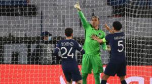 El portero costarricense Keylor Navas celebrando la clasificación del PSG a los cuartos de final de la Champions, tras destrozar en el global 5 a 2 al Barcelona.