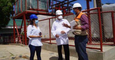 Doctor Carlos Saenz durante recorrido en Laboratorio de Virología y Tuberculosis