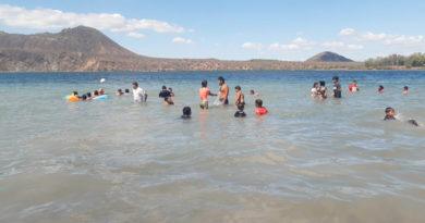 Familias nicaragüenses se refrescan en la laguna de Xiloá