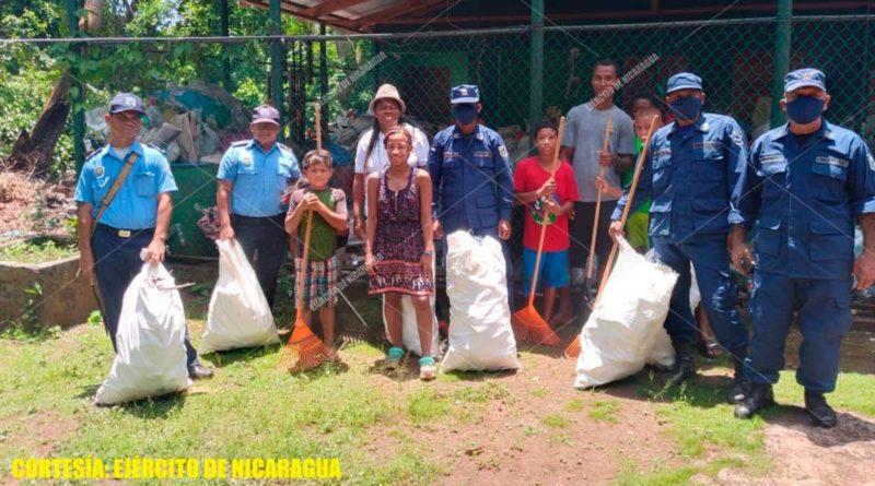 Efectivos militares junto a autoridades municipales y pobladores durante la jornada de limpieza en Corn Island.