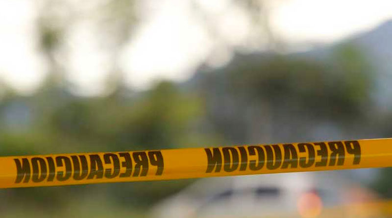 Línea amarilla de la Policía Nacional delimitando escena del accidente de tránsito