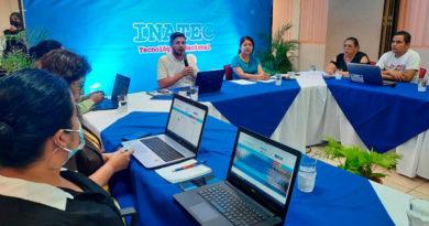 Autoridades del INATEC junto a estudiantes y representantes de la empresa privada