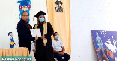 Maestros recibiendo su título en la Escuela Normal Alessio Blandón