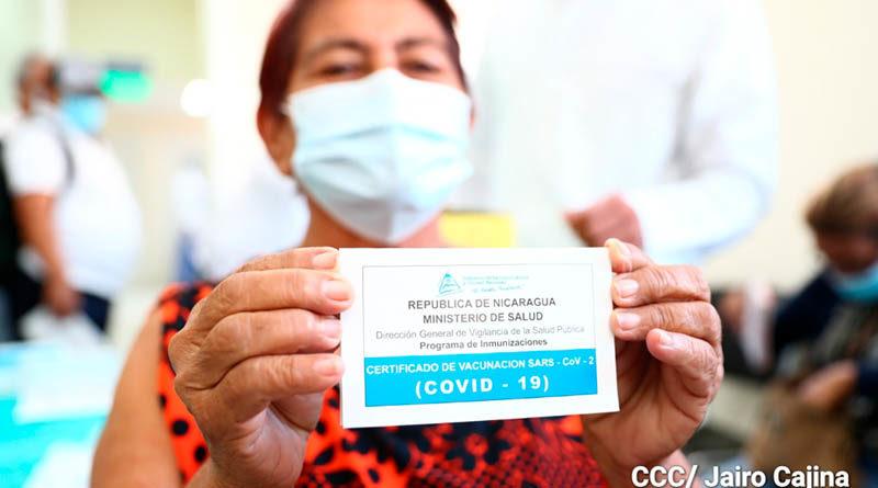 Paciente muestra el certificado de vacunación contra el Covid-19