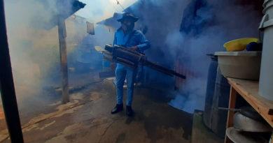 Personal del Ministerio de Salud fumigando una vivienda del barrio Batahola Norte de Managua, Nicaragua.