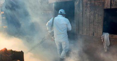 Brigadista del Ministerio de Salud fumigando una vivienda en el barrio La Primavera