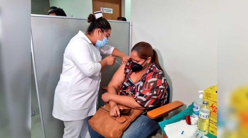 Enfermera del Hospital Escuela Dávila Bolaños aplicando segunda dosis de vacuna contra la covid-19