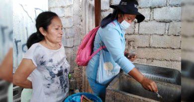 Brigadista del Ministerio de Salud (MINSA), durante la jornada de abatización en barrios de Managua