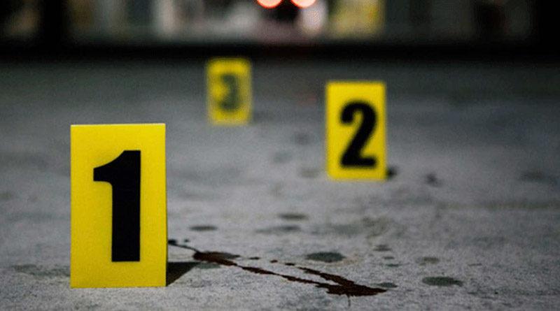 Imagen que muestra marcas de balas y sangre tiradas en el piso