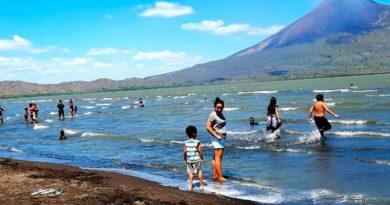 Familias disfrutando en las aguas de los balnerarios de Nagarote y La Paz Centro
