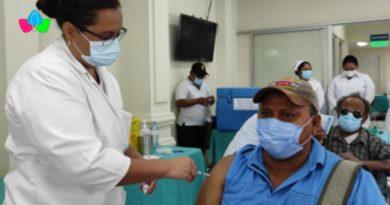 Doctora vacunando a un paciente contra el Covid-19 en el Hospital Cruz Azul, Nicaragua