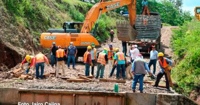 Operarios del MTI trabajan en la construcción del nuevo puente Cuisalá, ubicado en el kilómetro 121 de la carretera Managua–Juigalpa.