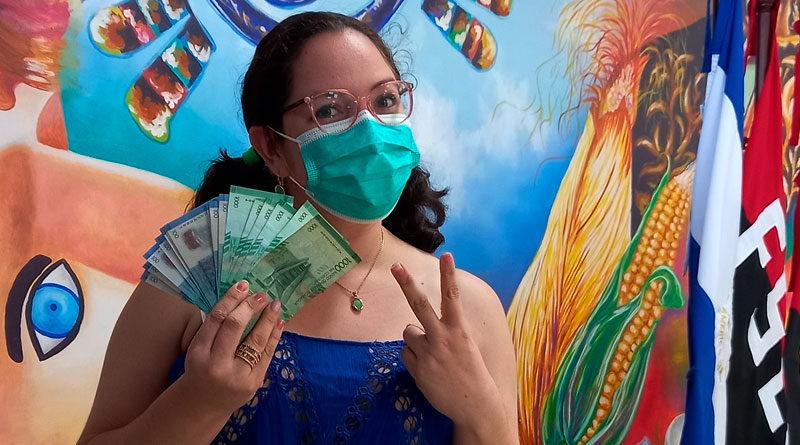 Trabajadores del Ministerio de Educación de Nicaragua recibiendo el pago adelantado de su salario del mes de abril