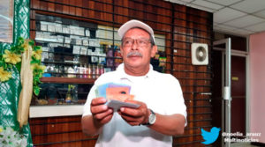 Trabajado del Ministerio de Salud de Nicaragua recibiendo pago de su salario correspondiente al mes de abril