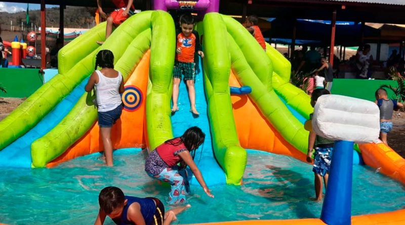 Niños y niñas disfrutando en el parque acuático en Matagalpa