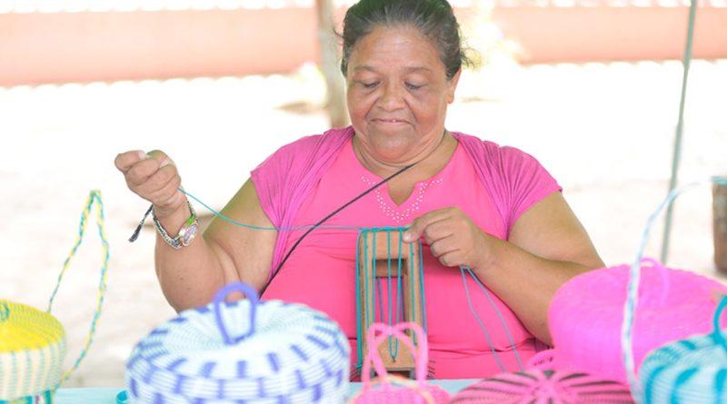 Una persona con discapacidad en Nicaragua realizando un trabajo formal y digno