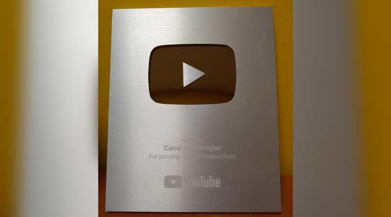 Placa de Plata entregada a Canal 4 Nicaragua por parte de YouTube