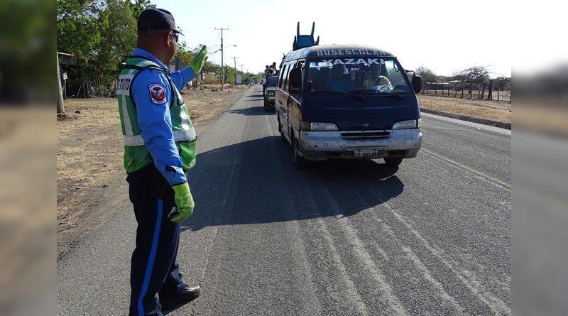 Agente de tránsito de la Policía Nacional de Nicaragua realizando supervisión del tráfico en una carretera