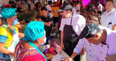 Jurado degustando platillos en concurso sabores de cuaresma