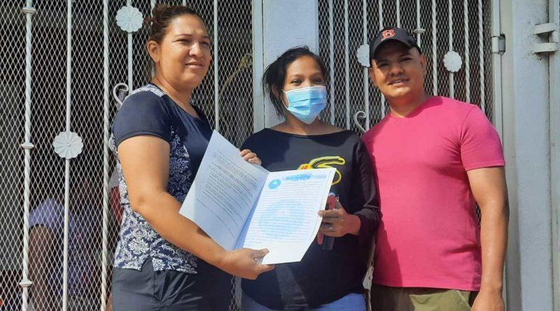 Familias recibiendo su título de propiedad