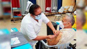Enfermera aplicando segunda dosis de vacuna contra el covid-19