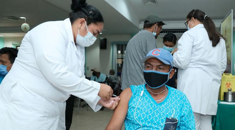 Paciente es vacunado contra el Covid-19 en el hospital Monte España