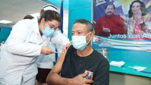 Paciente recibiendo la vacuna contra el Covid-19 en el hospital Garcia Laviana de Rivas