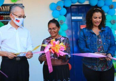 Foto: Multinoticias / La señora Sebastiana Christina Castro inaugurando junto a la alcaldesa de Managua, compañera Reyna Rueda y el Embajador de Taiwán en Nicaragua, su Vivienda Digna.