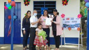 Autoridades de la Alcaldía de Managua y la Embajada de Taiwán en Nicaragua junto a Francis Yarisa Zapata y su Familia, habitantes del Barrio Benedicto Valverde, del Distrito IV.