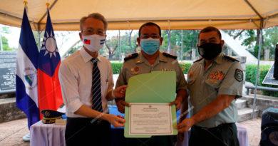 Embajador de la República de China (Taiwán), señor Jaime Chin-Mu Wu entregando becas a oficiales superiores y cadetes del Ejército de Nicaragua