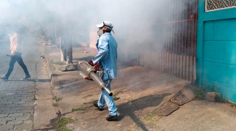 Brigadistas del Ministerio de Salud de Nicaragua fumigando las viviendas del barrio Domitila Lugo en Managua