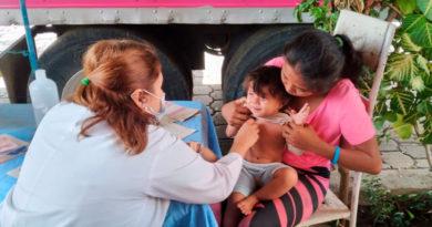 Personal médico del Ministerio de Salud de Nicaragua brindando consulta médica a habitantes del barrio El Recreo de Managua