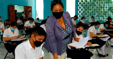 Maestra nicaragüense brindando clases a sus estudiantes e un aula de clase
