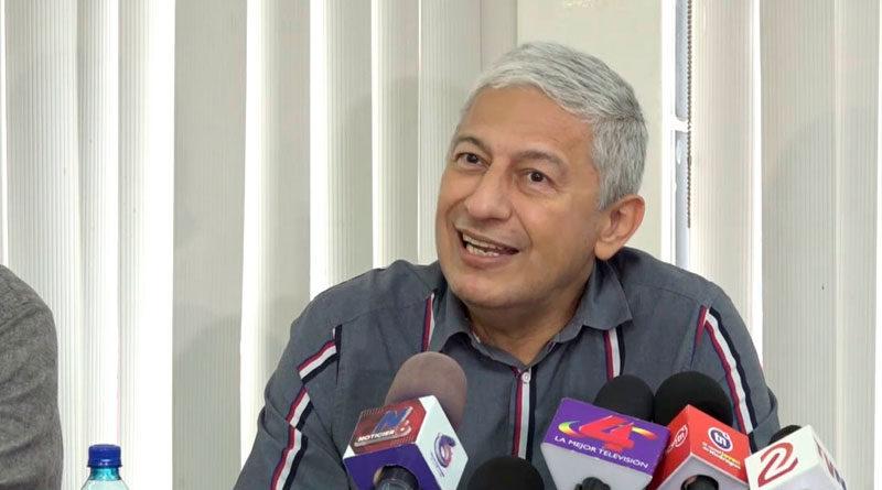 Escritor nicaragüense Francisco Javier Bautista Lara en conferencia de prensa