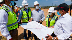 Presidente Ejecutivo de la Empresa Nicaragüense de Transmisión Eléctrica (ENATREL) y Ministro de Energía y Minas, Salvador Mansell revisando el plano de la planta de gas natural en Puerto Sandino con representantes de la empresa New Fortress Energy